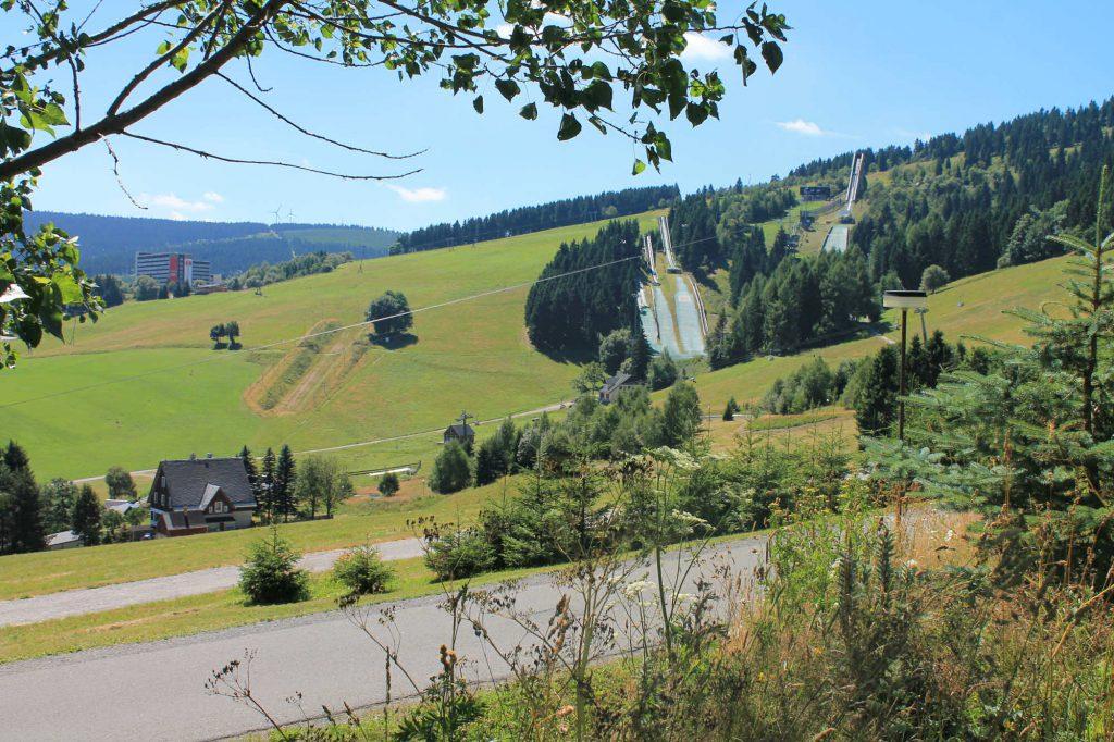Impressionen Sommer Blick zu den Schanzen am Fichtelberg
